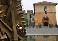 Le scuderie di Villa d'este viste dall'arco di Arnaldo Pomodoro in Piazza Garibaldi