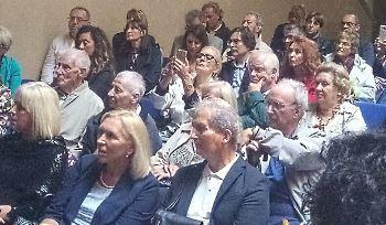pubblico presente all'inaugurazione della mostra