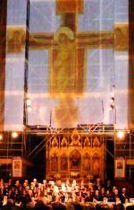 Un momento emozionante del concerto in Santa Croce - Il Cristo di Cimabue che risorge dal fango