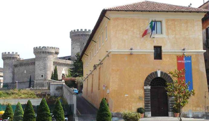 Le Scuderie Estensi e dietro la Rocca Pia